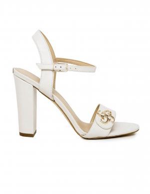 Sieviešu krēmīgas krāsas ādas sandales GUESS